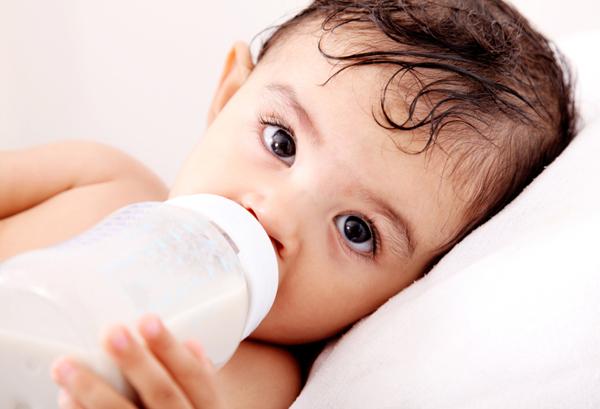 Bé cần uống bao nhiêu sữa mẹ mỗi ngày sau khi cai sữa?