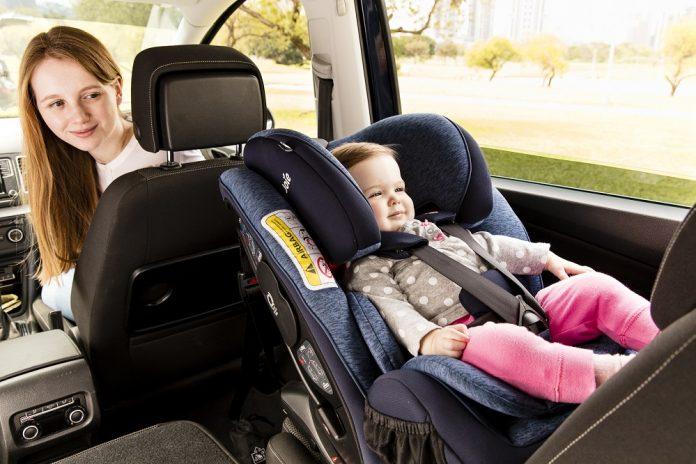 Cần chú ý gì khi vệ sinh ghế ngồi xe hơi em bé