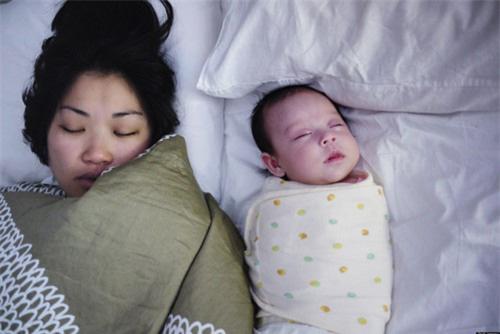 Trẻ sơ sinh ngủ cùng bố mẹ - Nên hay không nên?