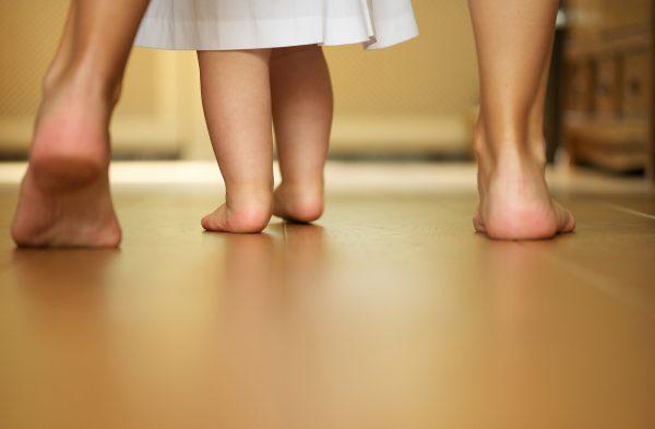 Ba mẹ nên kiên trì tập đi cho con, không quá nôn nóng.
