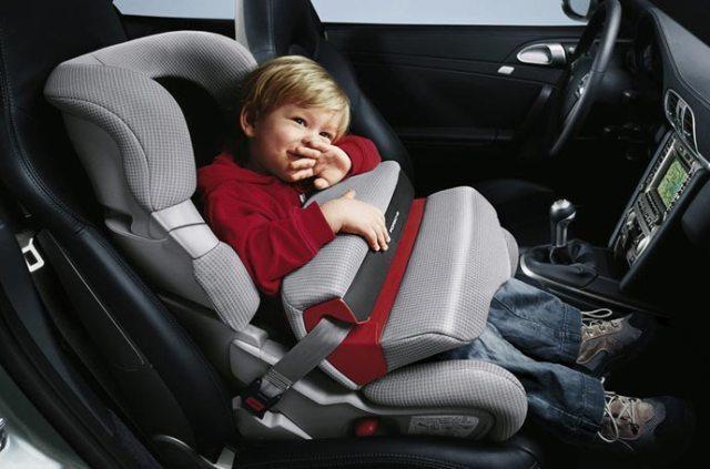 Với ghế ngồi ô tô sẽ đảm bảo an toàn cho bé.