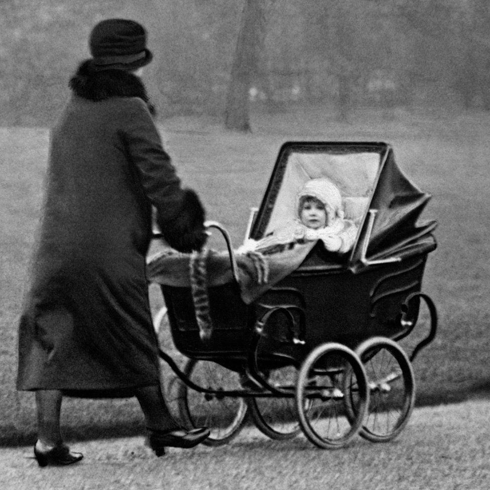 Ai là người đầu tiên phát minh, sáng chế ra xe đẩy trẻ em