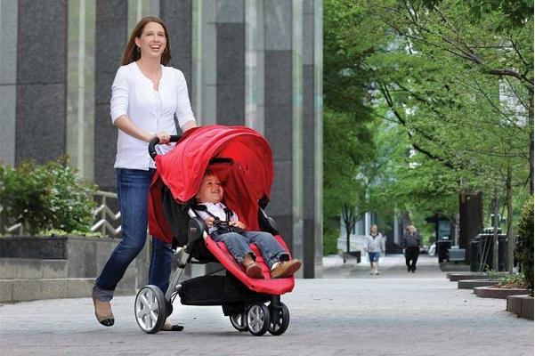 Cách vệ sinh xe đẩy em bé đúng cách đảm bảo an toàn cho trẻ.