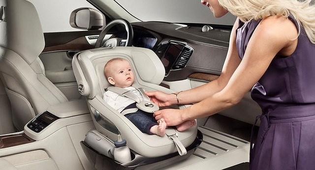 Cân nặng và độ tuổi chính là điều quan trọng khi lựa chọn ghế ngồi ô tô cho bé 1 tuổi.