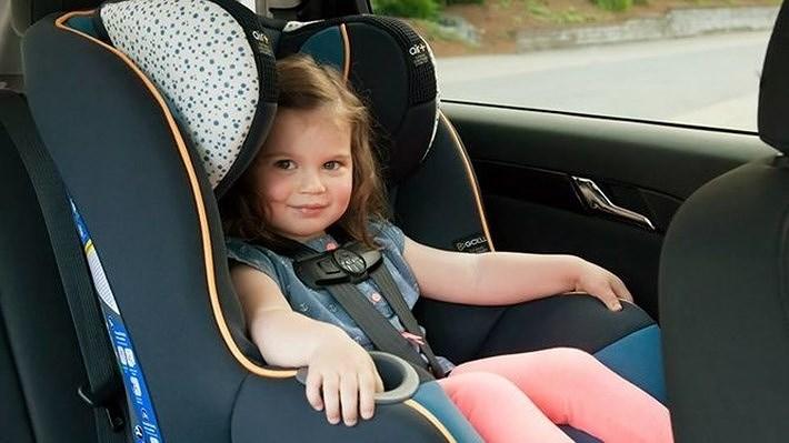Ghế ngồi ô tô cho bé phải chọn theo đúng độ tuổi và cân nặng.