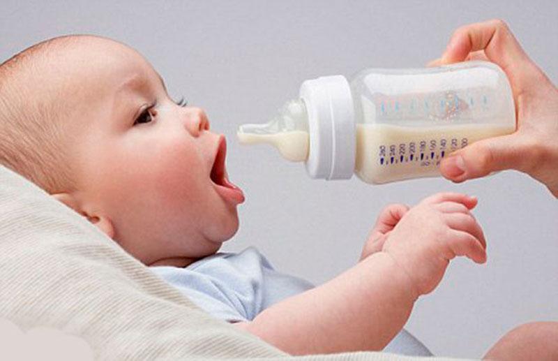 Không nên cho bé bú sữa theo thói quen của mẹ, mà cần phải theo công thức 150ml/1kg.