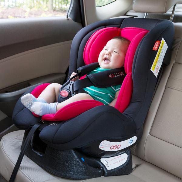 Lắp đặt ghế ngồi ô tô cho bé ở hàng phía sau để bé an toàn.