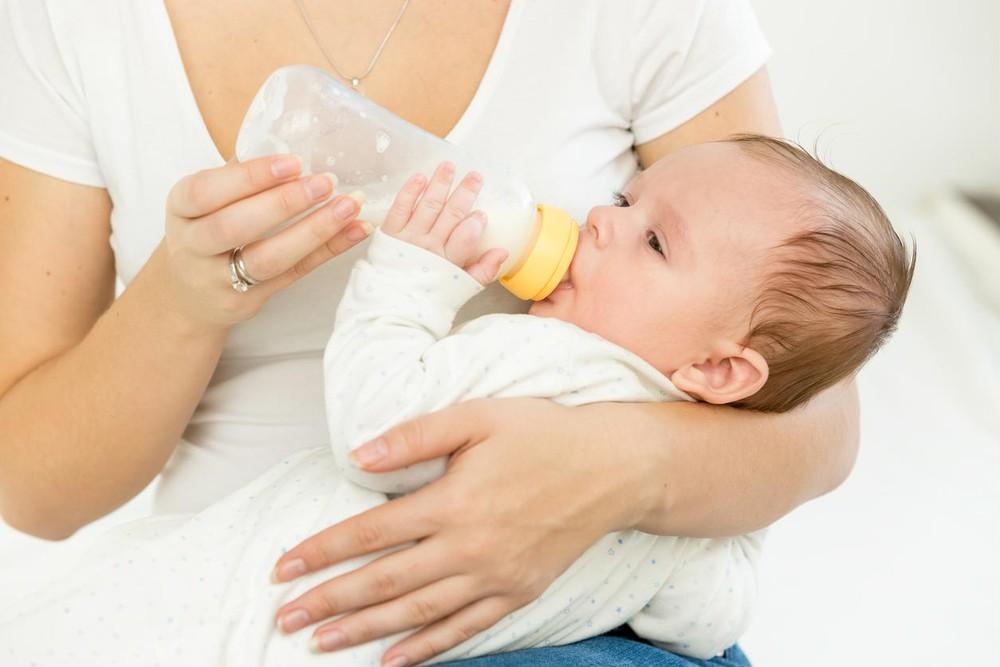 Mẹ cần phải kiên trì tập cho bé bú bình.