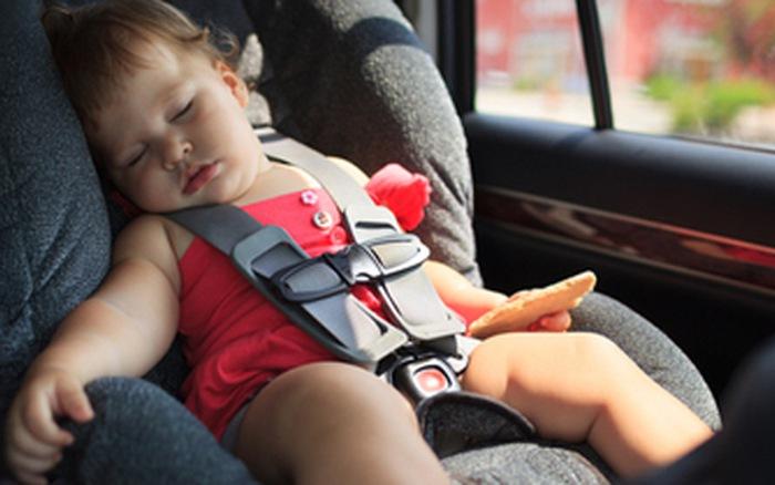 Để cho trẻ ngủ trên ghế ngồi ô tô gây nguy hiểm cho trẻ.