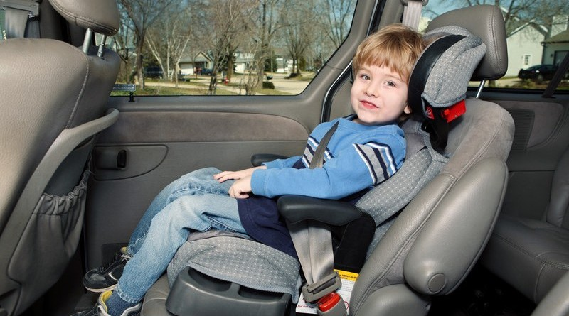 Nên cho trẻ ngồi ghế ngồi ô tô đến lúc 12 tuổi.