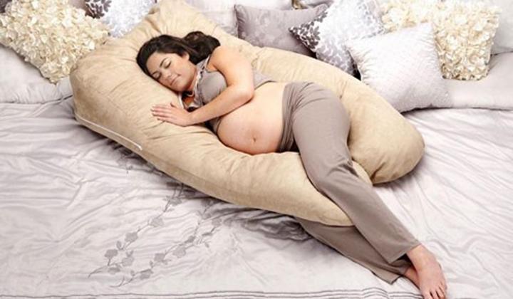 Tác dụng của gối ngủ cho bà bầu là nâng đỡ cơ thể, giúp lưu thông máu dễ dàng,..