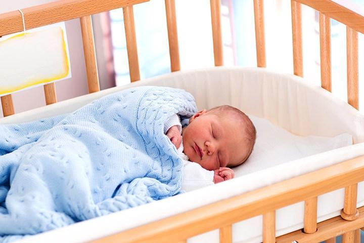 Tại sao nên cho bé ngủ giường cũi?
