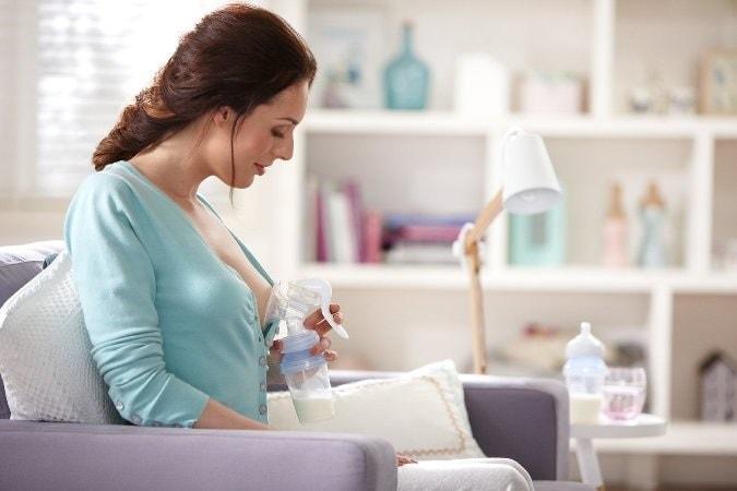 Trước khi hút sữa mẹ cần phải rửa tay và sát trùng cẩn thận.